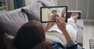 学生谈话与在网上打与片剂的男朋友视频通话说谎在沙发 影视素材