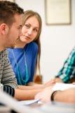 年轻学生谈话 库存图片