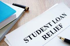 学生贷款在书桌上的安心纸 库存照片