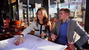学生辨证关于建筑学家任务草稿在咖啡馆桌上 影视素材