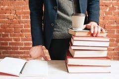 学生近的堆书和咖啡对去杯子 库存照片