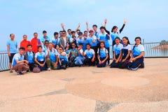 学生进行在数字Ngum水坝,老挝的研究游览 免版税库存照片