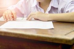 学生通过采取检查 免版税库存照片