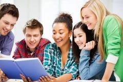 学生阅读书在学校 库存照片