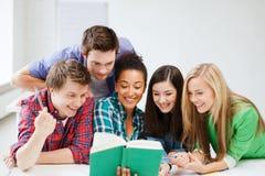 学生阅读书在学校 免版税图库摄影