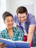 学生阅读书在学校 免版税库存图片