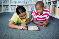 学生阅读书正面图,当说谎在图书馆时 免版税库存图片