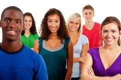 学生:不同种族的小组微笑的少年 免版税库存照片