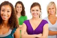 学生:小组微笑的十几岁的女孩 免版税库存图片