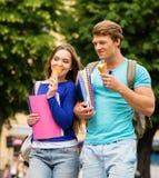 学生结合吃冰淇凌 库存图片