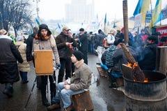 学生画油的图片在示威者的人群的在街道上的 免版税库存照片