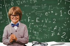 学生戴眼镜反对在校务委员会写的图表 库存照片