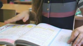 学生翻转教科书的页 股票录像