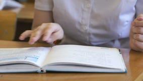 学生翻转教科书的页 影视素材