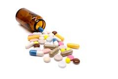 医学药片和胶囊在白色背景 免版税库存图片
