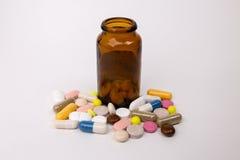 医学药片和胶囊在白色背景 库存图片