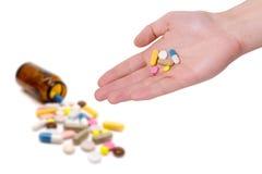 医学药片和胶囊在白色背景 免版税库存照片