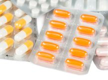 医学药片和胶囊在被隔绝的水泡包装了 库存图片