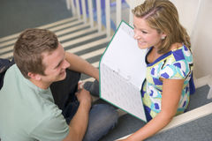 学院女性男坐的台阶学员 免版税库存图片