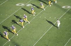 学院橄榄球赛顶上的视图  免版税库存图片