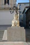 学院正方形和女性雕象在科内利亚诺,威尼托,意大利 免版税库存照片