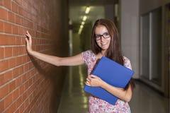 学院的年轻英俊的女学生 免版税库存照片