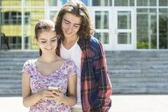 学院的年轻英俊的朋友学生 免版税库存图片
