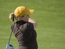 学院航路女性高尔夫球运动员摇摆的&# 库存图片