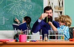 学龄前儿童的俱乐部 在学校俱乐部是巨大方式开发孩子用不同的区域后 化学实验 免版税库存照片