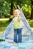学龄前儿童跳舞在公园 夏天 生活方式的概念, 免版税库存图片