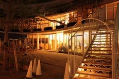 学龄前大厦外部在晚上 免版税库存图片
