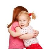 学龄前孩子拥抱。 友谊。 免版税图库摄影