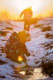 学龄前孩子,使用户外在一个冬日 免版税图库摄影