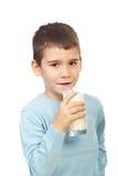 学龄前男孩藏品玻璃用牛奶 库存照片