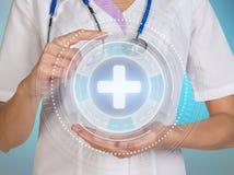 医学医生与现代计算机接口一起使用作为概念 库存图片