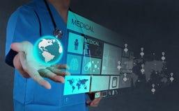 医学医生与相互现代的计算机一起使用 库存图片