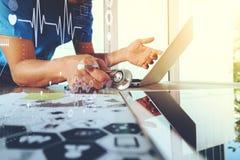 医学医生手与有数字式m的现代计算机一起使用 免版税库存图片