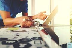 医学医生手与有数字式m的现代计算机一起使用 免版税库存照片