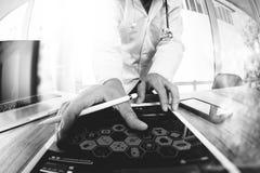 医学医生手与现代数字式片剂计算机一起使用 免版税库存图片