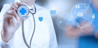 医学医生手与现代计算机一起使用 图库摄影