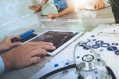 医学医生手与现代计算机和数字式PR一起使用 免版税图库摄影