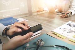 医学医生手与现代计算机和数字式PR一起使用 免版税库存照片
