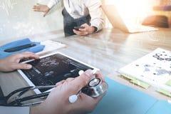 医学医生手与现代计算机和数字式PR一起使用 库存图片