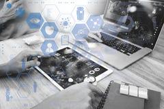 医学医生手与现代计算机和数字式PR一起使用 图库摄影