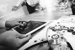 医学医生手与现代计算机和数字式PR一起使用 免版税库存图片