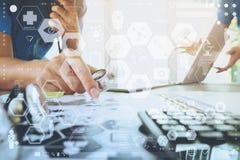 医学医生手与现代计算机和数字式ta一起使用 免版税库存照片