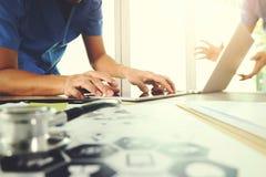医学医生手与现代计算机和数字式ta一起使用 免版税图库摄影