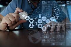 医学医生手与现代计算机接口一起使用作为m 免版税库存图片