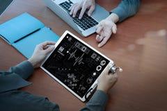 医学医生手顶视图与现代计算机一起使用 库存图片