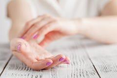医学医疗保健 检查在腕子特写镜头的女性手脉冲 免版税库存图片